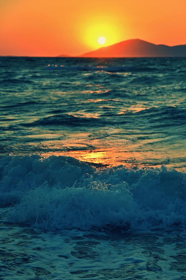 Nascer do sol c?nico ou por do sol sobre a superf?cie do mar Conceito para o verão e as férias do mar Grécia - ilha da praia de K fotos de stock royalty free