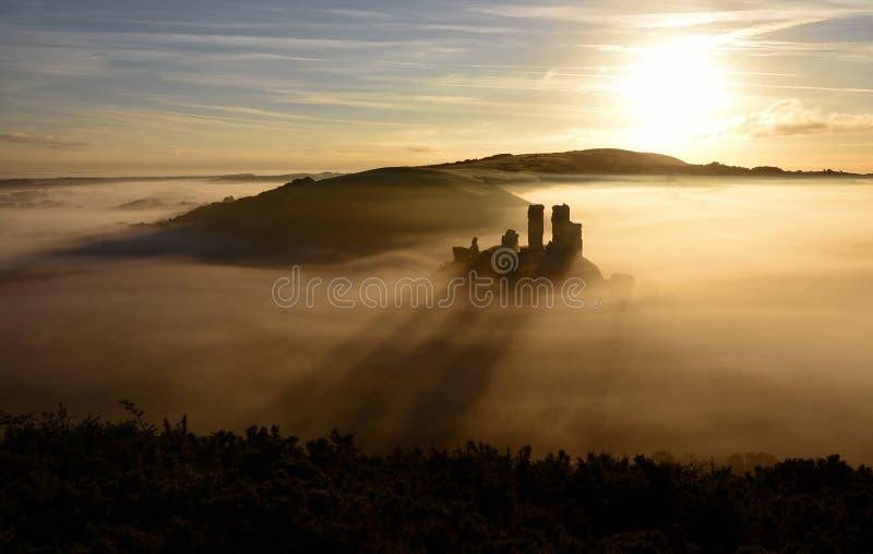 Nascer do sol do castelo de Corfe foto de stock royalty free