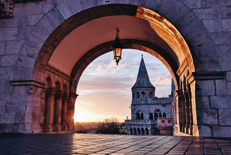 Nascer do sol do castelo dos peixes em Budapest imagens de stock royalty free