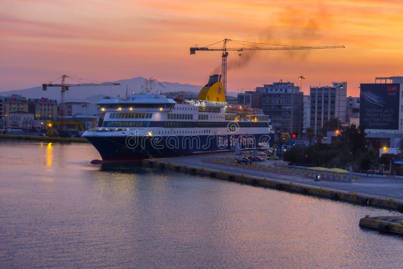 Nascer do sol colorido acima do porto e da cidade de Piraeus com céu impetuoso foto de stock