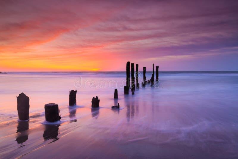 Nascer do sol colorido com pilhas no primeiro plano fotografia de stock royalty free
