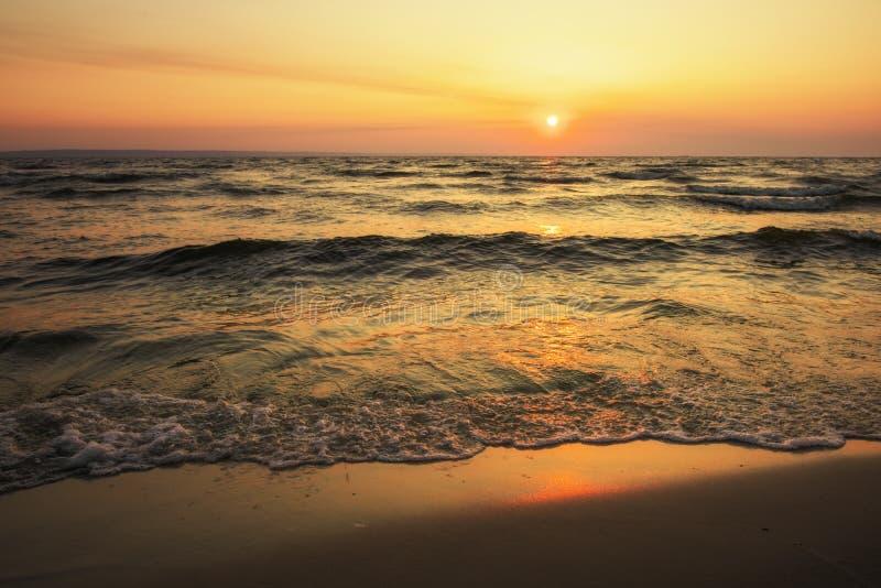 Nascer do sol colorido da praia do oceano Aurora sobre o mar Composição da natureza imagens de stock royalty free