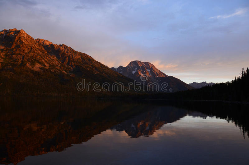 Nascer do sol colorido da reflexão da montanha imagens de stock