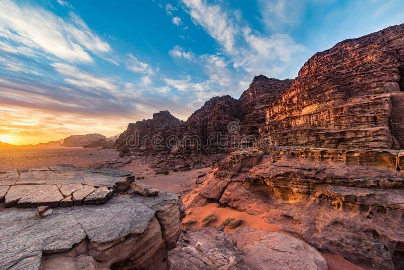 Nascer do sol colorido em montanhas do deserto de Wadi Rum, deserto de Médio Oriente, Jordânia fotos de stock royalty free