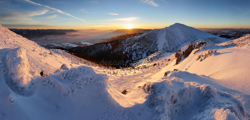 Nascer do sol colorido nas montanhas, panorama do inverno em Eslováquia imagem de stock