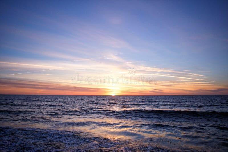 Nascer do sol colorido que reflete sobre o oceano fotos de stock royalty free