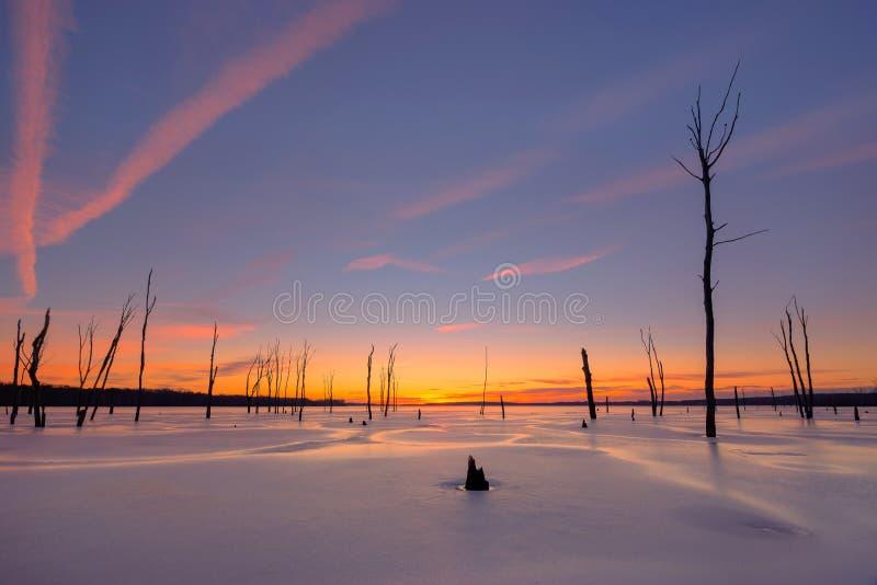 Nascer do sol colorido sobre um lago congelado imagens de stock royalty free
