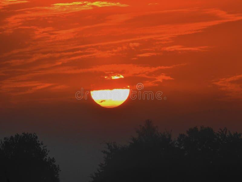 Nascer do sol com céu alaranjado imagem de stock royalty free