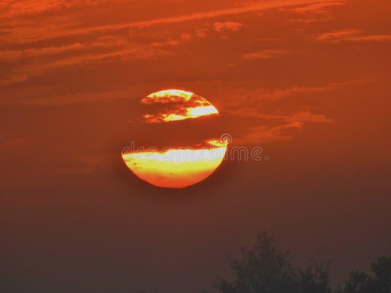 Nascer do sol com céu alaranjado imagens de stock