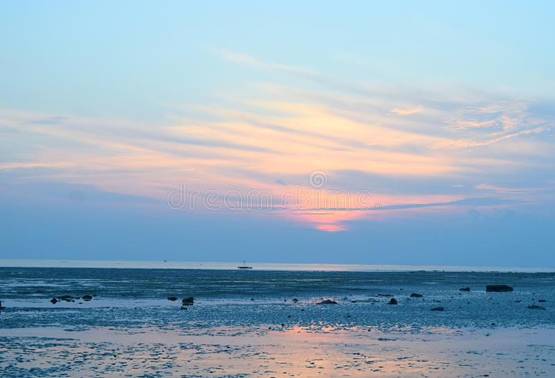 Nascer do sol com o céu colorido sobre o horizonte infinito e o oceano - praia de Vijaynagar, ilha de Havelock, Andaman, Índia foto de stock