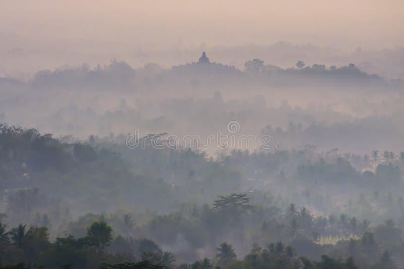 Nascer do sol com o templo de Borobudur da vista imagens de stock royalty free