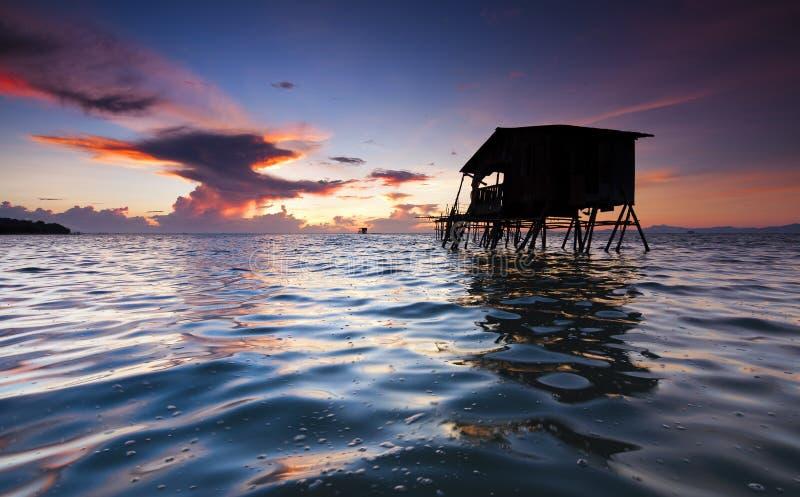 Nascer do sol com superfície rippling da água em Sabah, Malásia fotos de stock