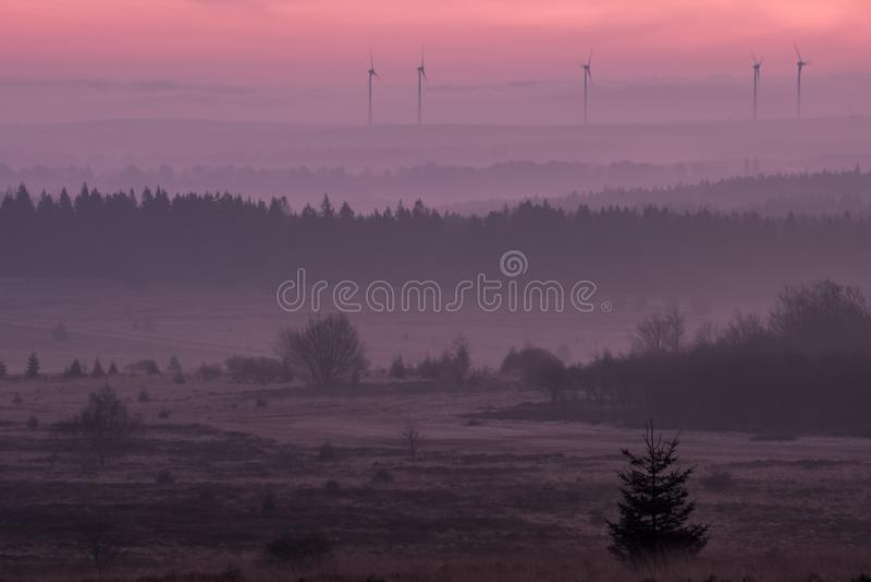 Nascer do sol cor-de-rosa no vale Bélgica na manhã imagem de stock