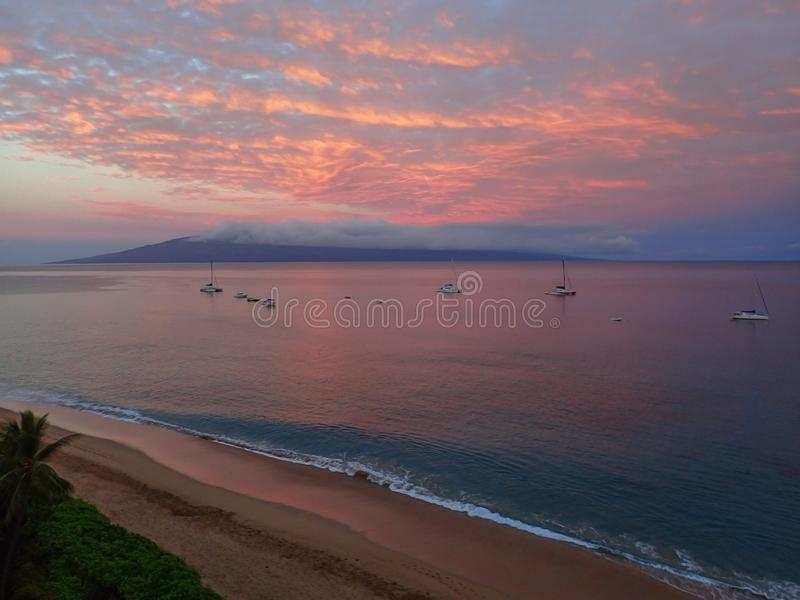 Nascer do sol cor-de-rosa que reflete no oceano com a ilha no fundo e no C fotografia de stock royalty free