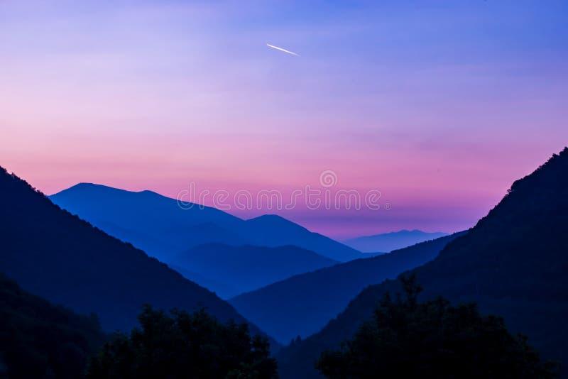 Nascer do sol cor-de-rosa sobre o magiore do laggo das montanhas fotos de stock royalty free