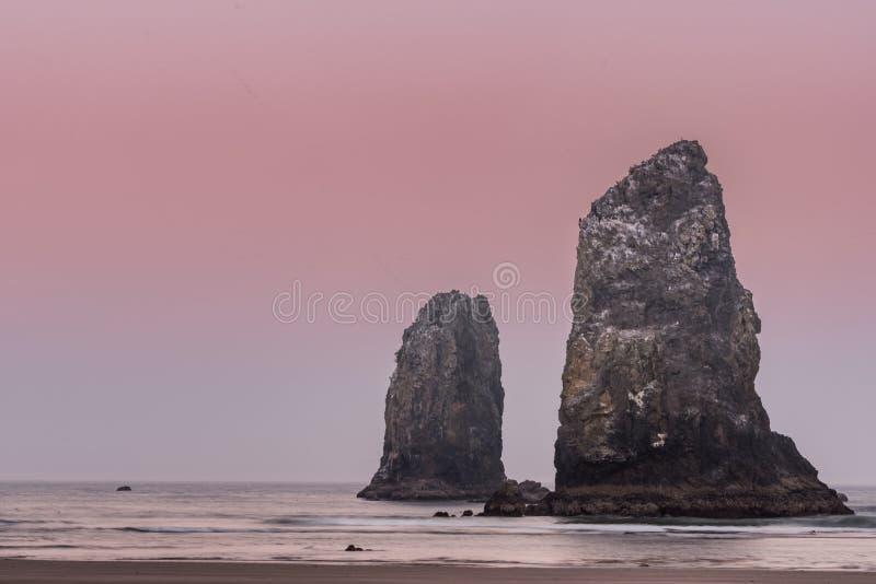 Nascer do sol cor-de-rosa sobre a rocha do monte de feno fotografia de stock