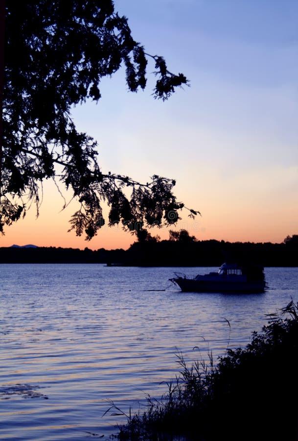 Nascer do sol da beira do lago fotografia de stock royalty free