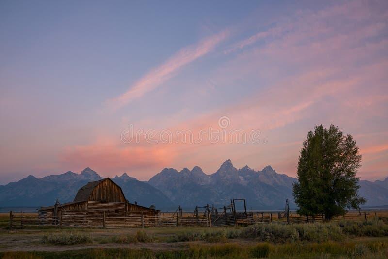 Nascer do sol da fileira do mórmon do celeiro de Moulton imagem de stock