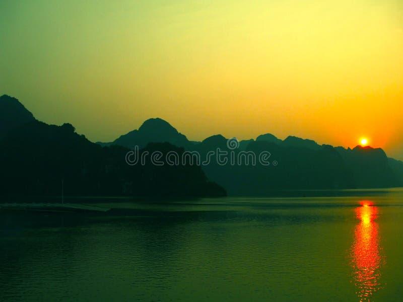 Nascer do sol da ilha de Cat Ba imagens de stock