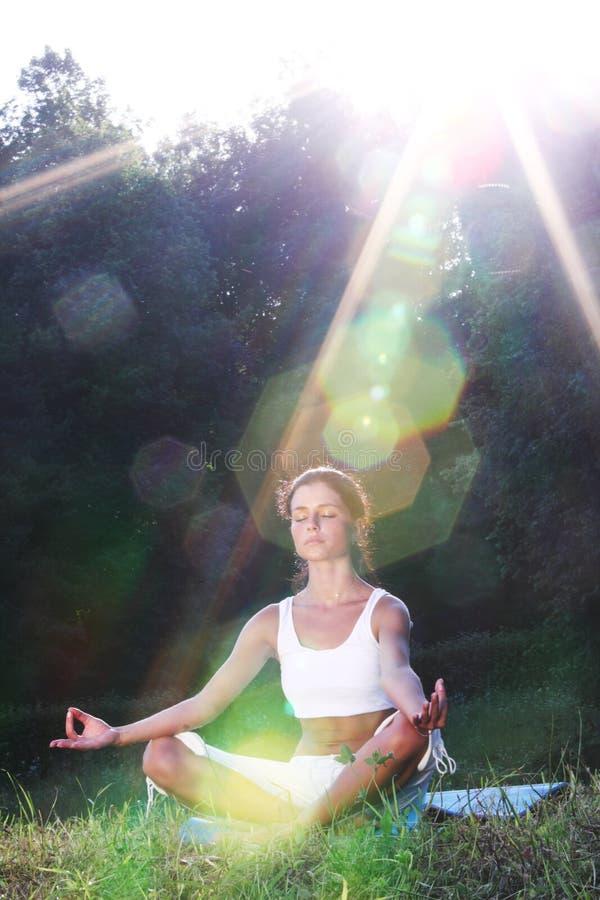 Nascer do sol da ioga dos lótus fotos de stock royalty free