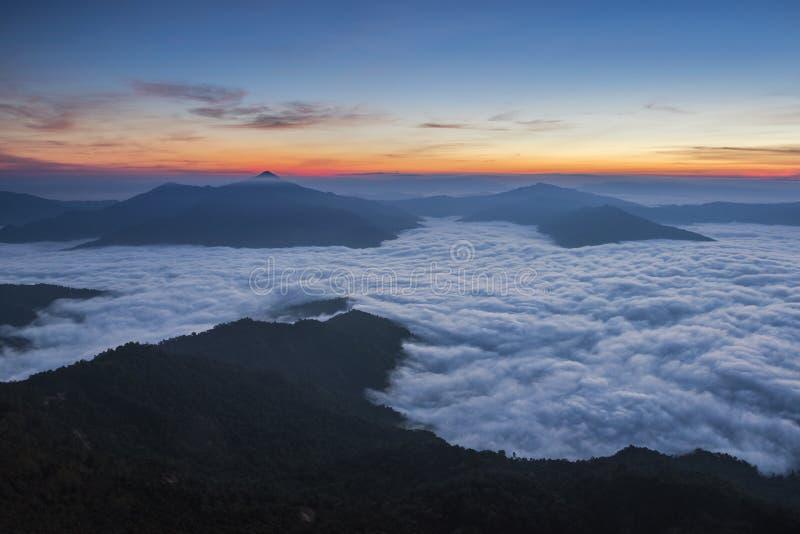 Nascer do sol da manhã com névoa em Doi Pha Tang imagem de stock royalty free