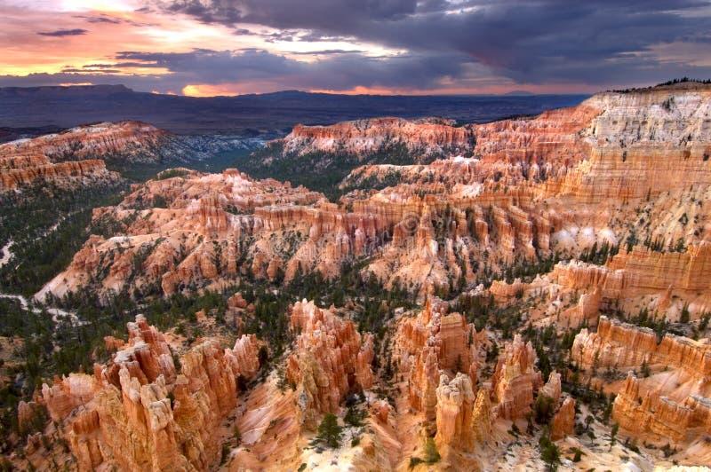 Nascer do sol da manhã como o viewd do ponto da inspiração em Bryce Canyon National Park fotos de stock royalty free