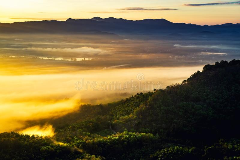 Nascer do sol da manhã nas montanhas e enevoado bonitos imagens de stock