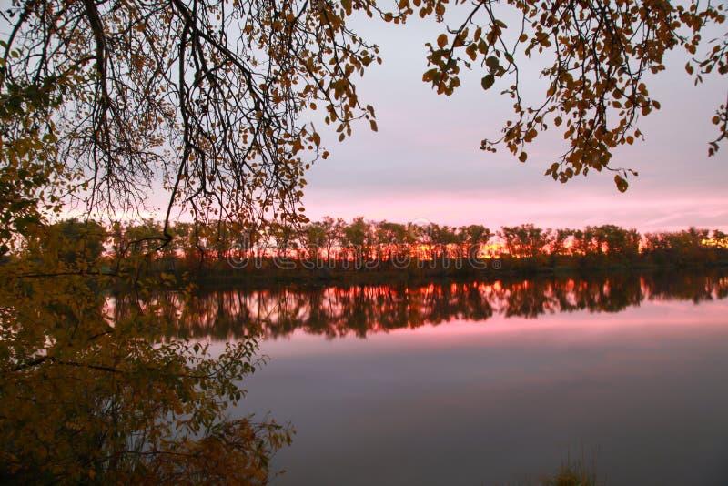Nascer do sol da manhã do outono sobre o rio imagens de stock