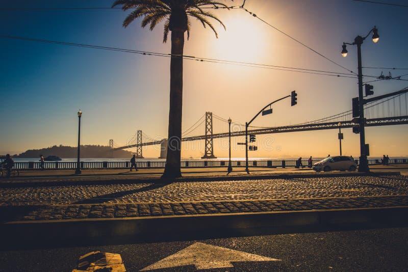 Nascer do sol da ponte da baía foto de stock