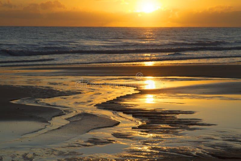 Nascer do sol da praia de Woodgate, Queensland, Austrália imagens de stock