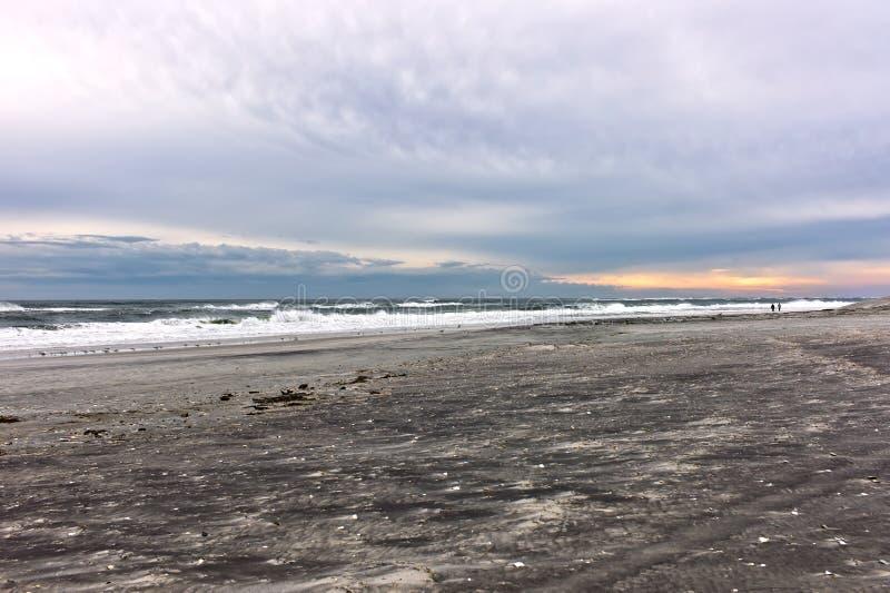 Nascer do sol da praia do inverno fotografia de stock