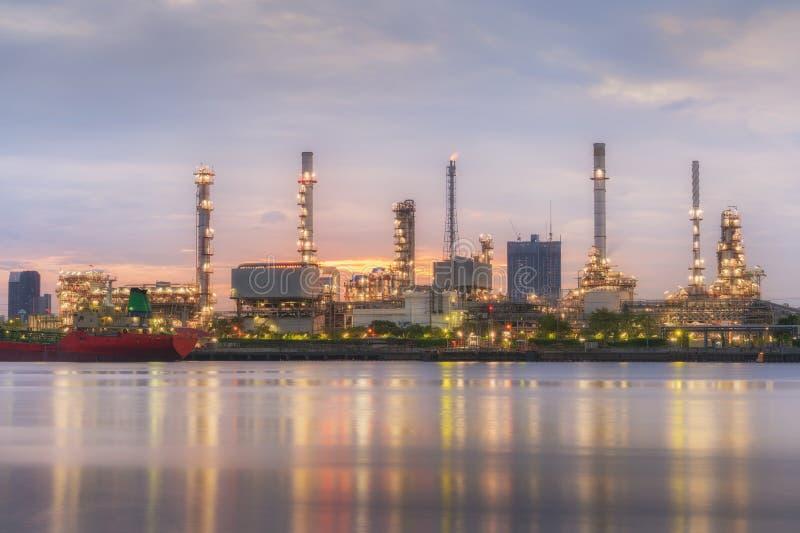 Nascer do sol da refinaria de petróleo com reflexão, instalação petroquímica fotografia de stock
