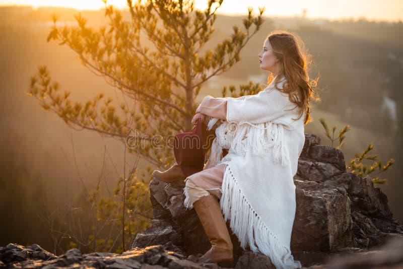 Nascer do sol da reunião da mulher do sonhador nas montanhas imagem de stock