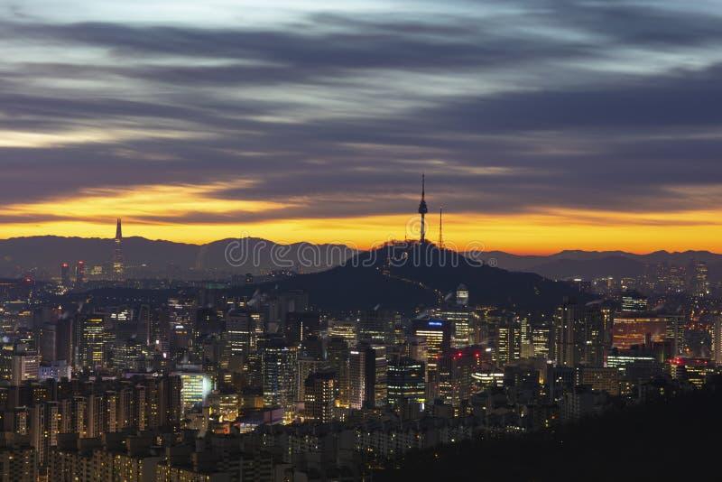 Nascer do sol da torre namsan de Seoul da cidade de Seoul em Coreia do Sul fotografia de stock