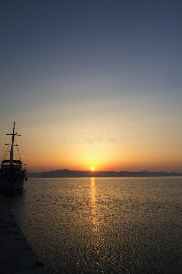 Nascer do sol da vista acima do mar atrás das montanhas imagens de stock
