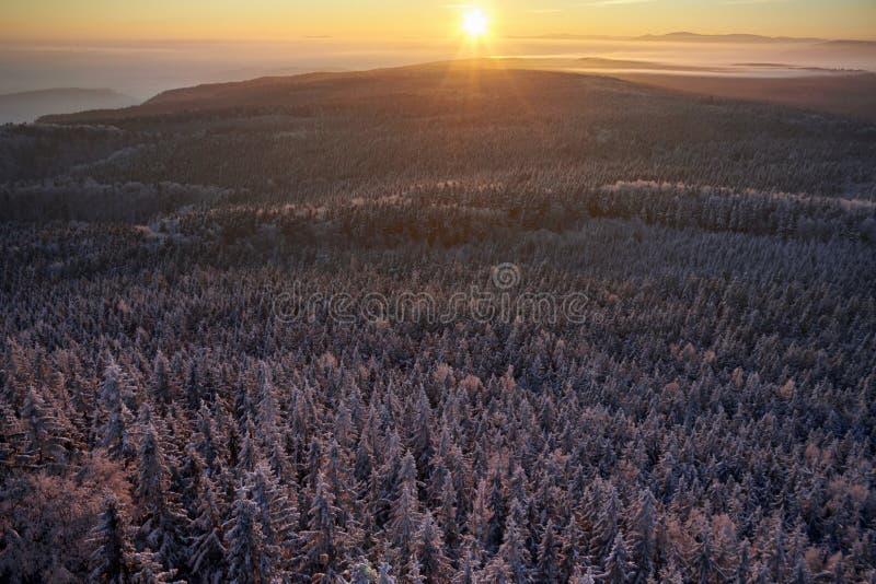 Nascer do sol das montanhas do inverno imagem de stock royalty free