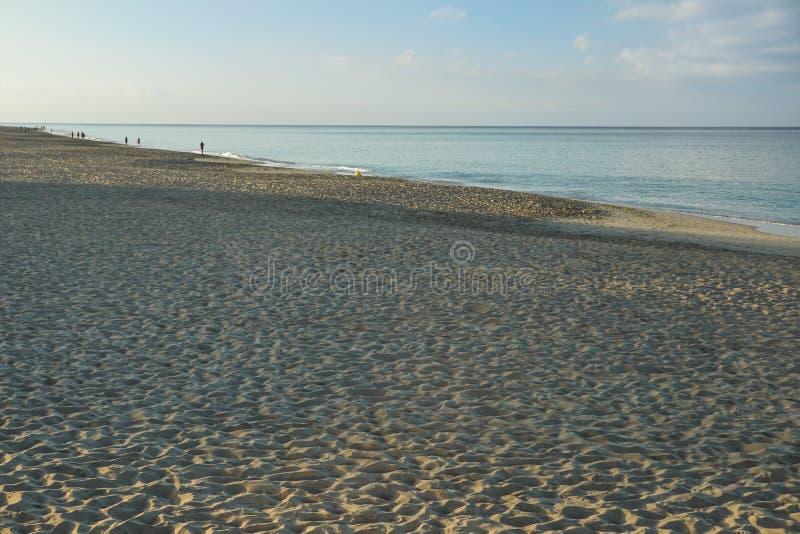 Nascer do sol de Art Beautiful sobre a praia tropical fotos de stock
