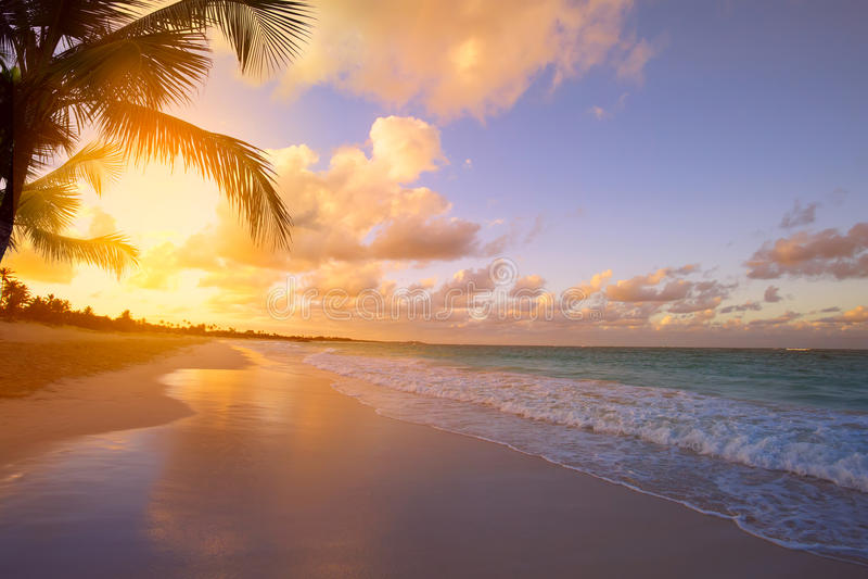 Nascer do sol de Art Beautiful sobre a praia tropical fotos de stock royalty free