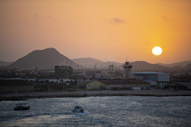 Nascer do sol de Aruba sobre a montagem Hooiberg fotos de stock