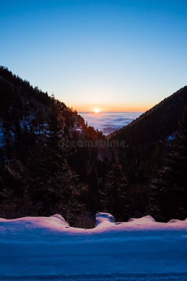 Nascer do sol de Colorado em um vale imagem de stock royalty free