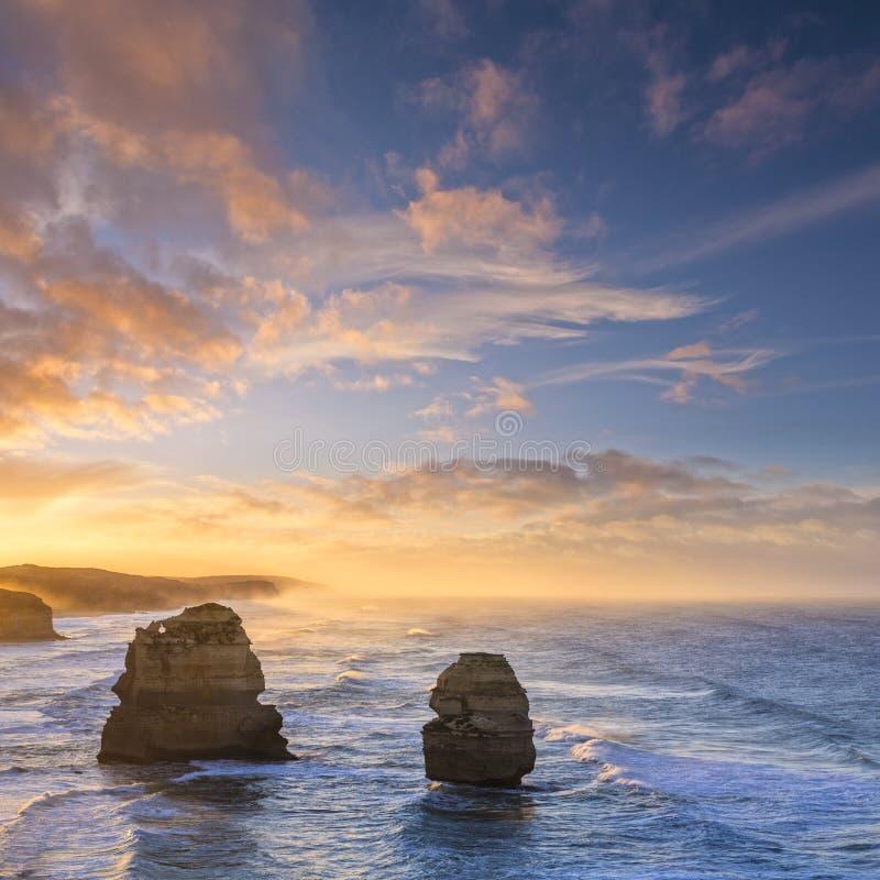 Nascer do sol de doze apóstolos, grande estrada do oceano, Victoria, Austrália imagens de stock