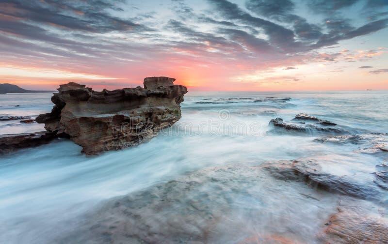 Nascer do sol de flutuação da manhã da corrente de oceano da rocha imagens de stock