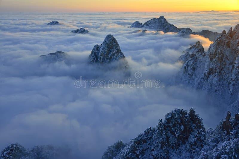 Nascer do sol de Huangshan da montagem no inverno imagem de stock royalty free