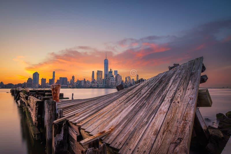 Nascer do sol de Manhattan do cais torcido imagens de stock