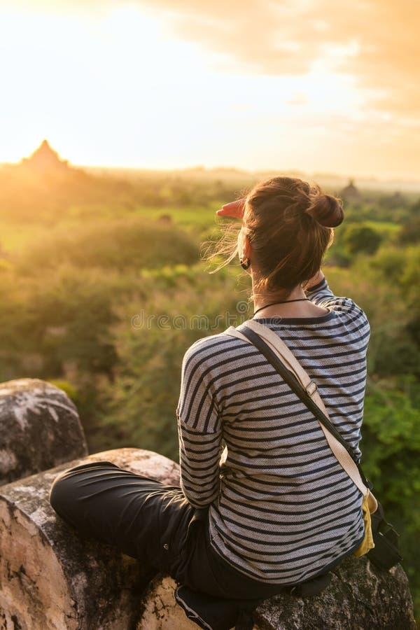 Nascer do sol de observação da jovem mulher em Bagan, imagens de stock