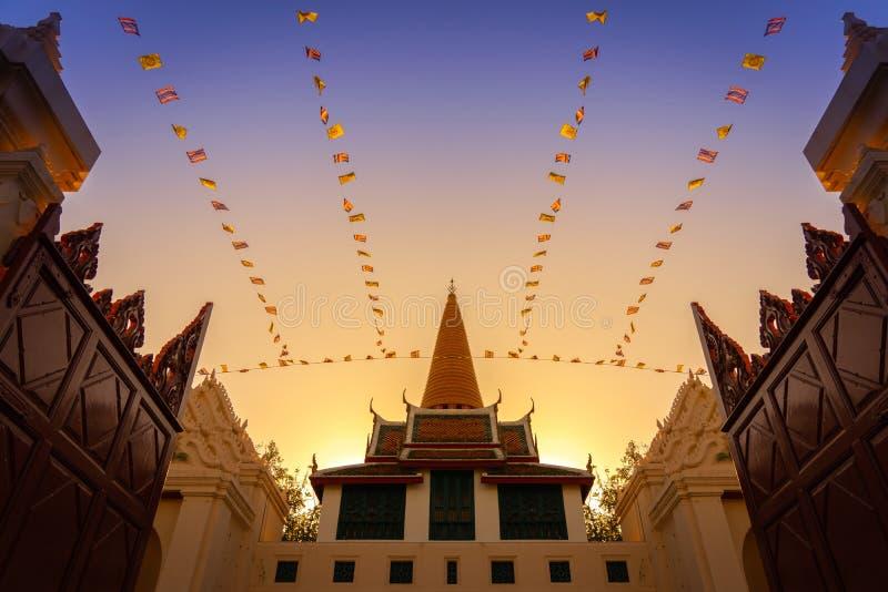 Nascer do sol de surpresa em Phra Pathom Chedi em Phra Pathom Chedi, Ratchaworawihan foto de stock royalty free
