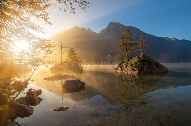 Nascer do sol de surpresa no lago Hintersee na manhã do outono imagens de stock