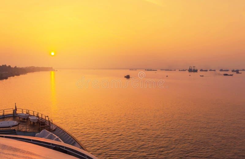 Nascer do sol dentro sobre o estuário do rio rangoon Myanmar de Yangon fotos de stock royalty free