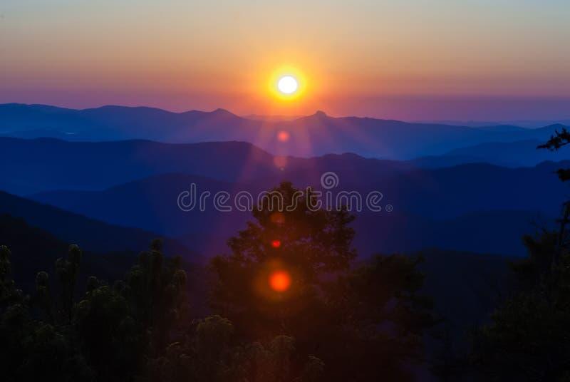 Nascer do sol do amanhecer sobre montanhas de cume azul imagens de stock royalty free