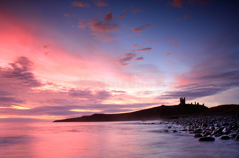 Nascer do sol do castelo de Dunstanburgh fotos de stock